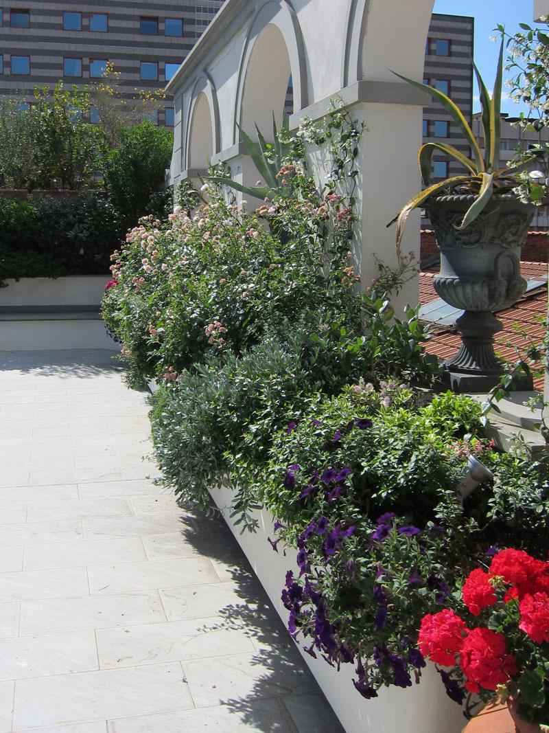 terrazzo-fiorito-lavori-di-giardinaggio-manutenzione